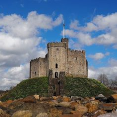I've had an absolutely amazing weekend in Cardiff for #Traverse16 and I met so many lovely people and learnt so much. This film location tour of Cardiff Castle this morning featuring Doctor Who and Sherlock film locations was the cherry on top of the cake (make that birthday cake since a certain red haired gal is 23 today!). #Cardiff #Wales @VisitWales #findyourepic #findyouradventure #cardiffcastle #doctorwho #sherlock #torchwood #sarahjane #film #filmlocation #TV #TVShow #instafilm #spring…