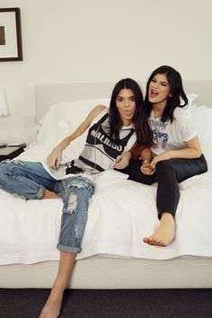 Find images and videos about model, kylie jenner and kendall jenner on We Heart It - the app to get lost in what you love. Kourtney Kardashian, Estilo Kardashian, Kardashian Family, Kardashian Style, Kardashian Jenner, Kendall Y Kylie Jenner, Kyle Jenner, Jenner Girls, Jenner Family