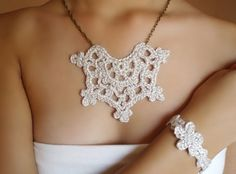 Set de #collar y pulsera de #crochet en color plata. Diseño original de DIDIcrochet,