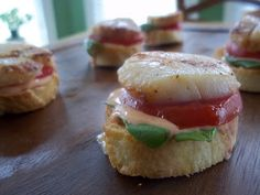#Food #Recipes: Tomato Basil Sea Scallop Croustini with Sriracha #Chili #Sauce  http://food-recipes-4-all.blogspot.ro