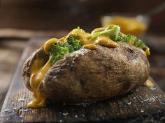 Brokkolival töltött, egészben sült krumpli: az angolok kedvenc vacsorája - Recept | Femina Baked Potato, Baking, Beef, Ethnic Recipes, Vegetables, Food, Holiday Foods, Potatoes, Meat