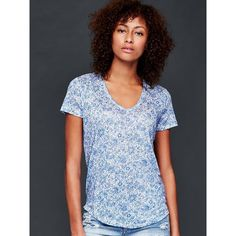 Gap Women Print Linen Tee ($27) ❤ liked on Polyvore featuring tops, t-shirts, cabana blue, regular, curved hem tee, blue top, all over print tees, blue tee and v-neck tee