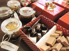 Joulupukinkonttiin pääsi tänä jouluna omatekoisia herkkuja: fudgeja, nugat-suklaakonvehteja, sekä viikuna- ja kumkvattihilloja.