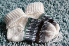 Stricken Sie Babysöckchen oder Babyschuhe nur noch in der richtigen Größe. Mi Knitting baby socks or baby shoes only in the right size. Mi … – # Babysöckchen the Baby Knitting Patterns, Knitting For Kids, Knitting Socks, Knitted Hats, Crochet Patterns, Knitting Stitches, Crochet Baby Socks, Knit Crochet, Patterned Socks