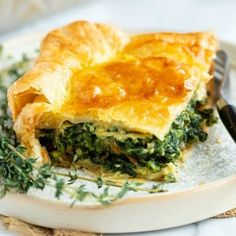 This spinach pie recipe is made with eggs, caramelized onions, gruyere cheese, and golden puff pastry. An easy side dish idea for Thanksgiving or a family dinner! Spinach Casserole, Casserole Dishes, Casserole Recipes, Spinach Puff, Frozen Spinach, Vegetable Quiche, Vegetable Side Dishes, Christmas Side Dishes, Puff Pastry Recipes