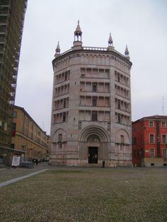 Baptistero (doopkapel) in roos marmer. Gebouwd in twee bouwstijlen, romaans en afgewerkt in Barok. Correct me if I'm wrong.