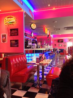 The little dive bar Ana and Christian went to is part of Vintage diner - Diner Aesthetic, Neon Aesthetic, Aesthetic Vintage, Vintage Diner, Retro Diner, Cafeteria Retro, Diner Decor, American Diner, Café Bar