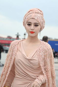 Fan Bingbing Photos - Fan Bingbing looks stunning as she arrives at the Elie Saab fashion show during Paris Fashion Week. - Daisey Lowe and Fan Bingbing Arrive at Elie Saab Fan Bingbing, Turbans, You Look Fab, Look Retro, Chinese Model, Silhouette, Elie Saab, Asian Beauty, Style Icons
