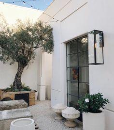 20 Courtyard Garden Walled for Neat Plant Arrangement Design Outdoor Rooms, Outdoor Living, Outdoor Decor, Exterior Design, Interior And Exterior, Stucco Exterior, Modern Farmhouse, Backyard, Outdoors