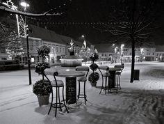 Már éjszaka esett a hó, alig vártam, hogy mehessek fotózni, a még kivilágított városba. Hat előtt indultam és fél nyolcig jártam az utcákat ... Marvel, Winter, Table, Home Decor, Homemade Home Decor, Mesas, Interior Design, Home Interior Design, Decoration Home