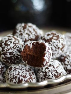 No-Bake Brownie Bites (Free From: gluten & grains nuts oil dairy eggs & refined sugar) Desserts Crus, Desserts Sains, Raw Desserts, Gluten Free Desserts, Healthy Sweets, Healthy Dessert Recipes, Raw Food Recipes, Paleo Dessert, Dessert Sans Gluten