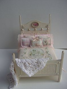 Dolls houses.Bed for dolls house 1/12 by Cantimpalominiaturas