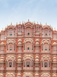 There's no better place to start a trip in Rajasthan than in Jaipur! So here's our guide to the best places to visit in Jaipur for an unforgettable trip to the pink city. Cool Places To Visit, Great Places, Places To Travel, Places To Go, Beautiful Places, Amazing Places, Literary Travel, India Travel Guide, India Tour
