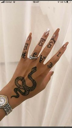 Pretty Hand Tattoos, Hand And Finger Tattoos, Dainty Tattoos, Mini Tattoos, Cute Tattoos, Beautiful Tattoos, Tatoos, Unique Hand Tattoos, Tattoos On Fingers