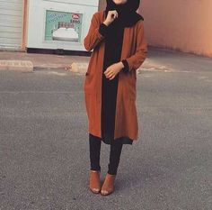 and black outfit. Tan coat and ankle boots and black jeans, top and hijab. Islamic Fashion, Muslim Fashion, Modest Fashion, Hijab Fashion, Fashion Outfits, Dress Outfits, Dresses, Casual Hijab Outfit, Hijab Chic