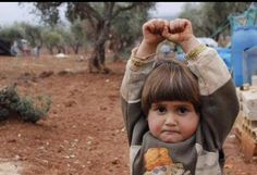 When photojournalist Osman Sagirli approached four-year-old Hudea, the refugee girl raised her hands in surrender, thinking his camera was a gun. The resulting photo has spread around the world, becoming a symbol of the human toll of the war in Syria. 4 Year Old Girl, Four Year Old, Syrian Children, Syrian Kid, Syrian Refugees, Girl Thinking, Wtf Fun Facts, Crazy Facts, Photos Du