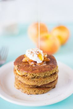 Flourless Apple Pie Pancakes are made with ground oats, filled with delicious caramelised apples and so healthy! #breakfast #healthy #flourl...