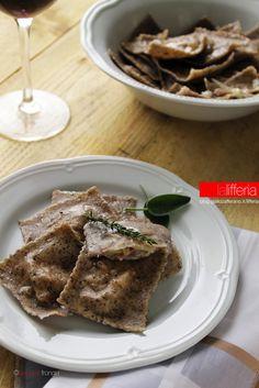 Tortelli allo speck e verza Raw Food Recipes, Meat Recipes, Wine Recipes, Gourmet Recipes, Italian Recipes, Pasta Recipes, Cooking Recipes, Pasta Maker, Catering Food