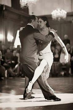 "Tango Baile Sala ""Juan Carlos Copes"": Osvaldo Zotto y Lorena Ermocida... Ingresa a la sala pulsando el Link: http://sala-video-a01-tango-baile-jcp.blogspot.com/2013/10/blog-post_24.html"