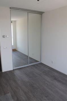 Kast in nis, met als deurvulling de spiegel (in verschillende kleuren verkrijgbaar). #glaspaneel Meer informatie: www.kastenstudio.eu