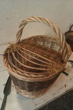 Basket decoration traditional Ideas for 2019 Paper Basket Weaving, Straw Weaving, Willow Weaving, Weaving Art, Wicker Picnic Basket, Wicker Baskets, Traditional Baskets, Newspaper Basket, Weaving Projects