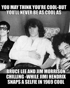 3 leggende in una sola foto Bruce Lee, Jim Morrison e Jimmi. Bruce Lee, Jimi Hendrix, The Doors Jim Morrison, Funny Memes, Hilarious, Looks Black, Band Memes, Rock Legends, Music Icon