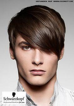 die langen Fransen dieses Mannes erinnert an das mod aussehen und die Frisur verbindet stilvolle Elemente aus mehreren Jahrzehnten Vergangenheit und h...