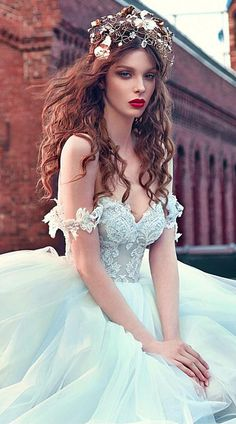 Romantic Tulle Off-the-shoulder Neckline Ball Gown Wedding Dresses With Lace Appliques