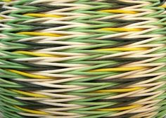 minta Плетется ряд за рядом и каждая следующая тройка, как бы догоняет предыдущую, первая - прямая веревочка, вторая - обратная, третья- прямая и четвертая- обратная веревочка. И так по спирали , вверх. Узор без смещения, и в данном случае, на четном количестве стоячков В узоре идет чередование трех столбиков разного цвета, причем в двух столбиках цвет не меняется от ряда к ряду, а вот в третьем , идет смена цвета от ряда к ряду. Вот то, что так начинаем плетение, это и обеспечивает.