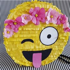 Super cute emoji piñata, perfect as individual goody bag for each kid full of candy or any other fun surprise, also as a cluster of emojis mini piñatas for kids to pop open at the party. Emoji Pinata, Emoji Cake, Party Emoji, Birthday Pinata, 10th Birthday Parties, Birthday Ideas, Monster Party, Art Festa, Party Decoration