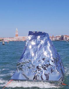 09.05 «Iceberg à Venise», une oeuvre de l'artiste albanais Helidon Xhixha présentée à la 56e Biennale de Venise.Photo: Keystone/AP/Luigi Costantini