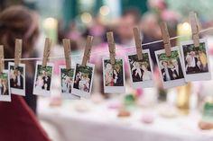 Fotos Polaroids aufhängen auf Schnur - Bunte Vintage Hochzeit von Sarah Bel Photography | Hochzeitsblog - The Little Wedding Corner