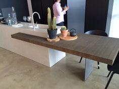 Puur ter inspiratie een houten blad om aan te zitten half verwerkt in een keuken  Keuken verder is niet mijn stijl Decor, Furniture, Table, Home Decor
