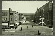 Beschrijving: Korenmarkt, met zicht op pand De Gruyter, achtergrond Sint Louis, rechts de linkervleugel van de Sint Martinuskerk Locatie: Markt; Weert; Korenmarkt; Parochie Sint Martinus (Centrum);   Datering: -