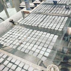 モザイクタイルの群れ🐟🐟🐟  .  プレス成形→施釉 されたタイルです  このあとサヤにのせられ、窯に入ります  .  たくさんのタイルたちが並んで移動している姿は  なんだか魚の群れのようで、かわいく思えてきます😌  .  #タイル #タイル好き #モザイクタイル #タイルの作り方 #タイル工場 #tiles #tile #mosaic #mosaictile #factory #howtomake #🐟 How To Make Tiles, Tile Floor, Flooring, Crafts, Home Decor, Manualidades, Decoration Home, Room Decor, Tile Flooring