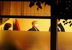 7-Jun-2015 11:09 - ZESTIEN ARRESTATIES NA INVALLEN KOFFIEZAKEN AMSTERDAM. Bij invallen in drie horecazaken in Amsterdam gisteravond zijn zestien mensen opgepakt. Ook zijn er harddrugs in beslag genomen. De politie viel de koffiezaken binnen omdat er mogelijk drugs werd verhandeld en illegaal werd gegokt. Daarbij werden arrestatieteams ingezet, omdat rechercheurs er rekening mee hielden dat er mensen met vuurwapens in de zaken waren. Uiteindelijk werden die niet gevonden. De zestien...