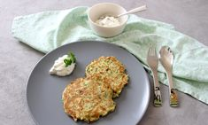 The zucchini pancakes are a hit with us at the family table: pancakes always taste good and combined with zucchini they are also healthy! Quark Recipes, Cheese Recipes, Baby Food Recipes, Healthy Recipes, Zucchini Pancakes, Baby Snacks, Low Buns, No Calorie Foods, Cooking With Kids