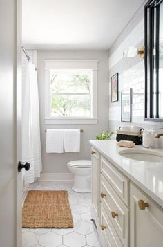 46 Small Bathroom Remodel Ideas on a budget / Wohnkultur, Interior Design, Badezimmer & Küche Ideen Hall Bathroom, Upstairs Bathrooms, Bathroom Floor Tiles, Bathroom Renos, Bathroom Renovations, Bathroom Interior, Master Bathroom, Home Remodeling, Bathroom Cabinets