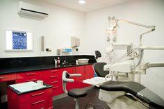 Clínica dental en tonos rojo y negro