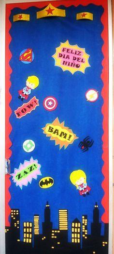 Puerta decorada de superheroes, día del niño, mes de abril