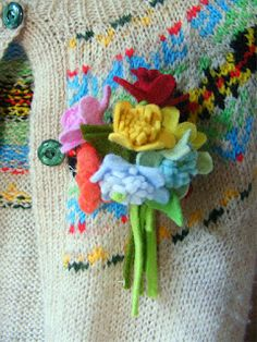 Corsage Pattern Vintage inspired Felt Flowers by hensteeth Felt Flowers, Fabric Flowers, Diy Flowers, Felt Cupcakes, Felt Brooch, Brooch Pin, Make Do And Mend, Flower Patterns, Pattern Flower