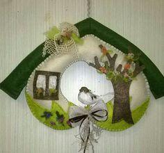 Primavera. Con cuore, albero, finestra e uccellino....  luisa valent Diy Home Crafts, Holiday Crafts, Holiday Decor, Easter Crafts, Felt Crafts, Felt Christmas, Christmas Ornaments, Felt Wreath, Christmas Decorations For The Home