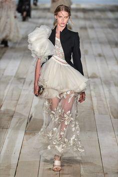 Alexander McQueen Spring 2020 Ready-to-Wear Fashion Show - Vogue Alexander Mcqueen Schuhe, Alexandre Mcqueen, Alexander Mcqueen Dresses, Alexander Mcqueen Couture, Alexander Mcqueen Designs, Fashion Week Paris, Runway Fashion, Party Fashion, Couture Fashion