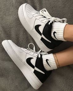 Sneakers Mode, Sneakers Fashion, Sneakers Style, Fashion Outfits, Fashion Tips, Fashion Shoes, Girl Outfits, Black And White Sneakers, Black Nike Shoes