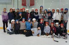 """""""Jenteløftet er i gang på idrett!  """"Jenteløftet"""" er et prosjekt med fokus på aktiviteter på jentenes premisser og denne gangen fikk de skøyteundervisning i Lørenhallen.   Til sammen 28 jenter fra Vg2 og Vg3 fikk utfolde seg på glattisen med generell opplæring i skøyteferdigheter hvor de avsluttet med en real ishockeymatch."""