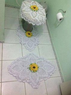 CURSO-TALLER DE COMO HACER HERMOSOS JUEGOS DE BAÑO TEJIDOS MUY FÁCILES PASO A PASO Crochet Doilies, Crochet Hats, Bathroom Sets, Free Pattern, Crochet Earrings, Kids Rugs, Home Decor, Facebook, Toilet