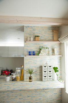 パステルカラーのモザイクタイルで仕上げたキッチンカウンター。木製の飾り棚がアクセントです。 キッチン インテリア カウンター タイル