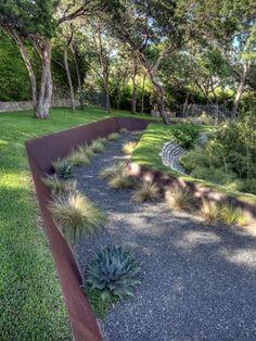 mur de clôture en métal avec de la végétation dessus