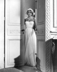 Je me marierais dans une robe comme celle-ci. mon seul problème c'est que je mesure 5 pieds 2 pouce .... Heureusement, il me reste la robe de mariée d'Audrey Hepburn dans Funny Face .... Elle est plus courte