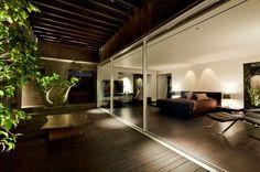 La terrasse en bois exotique devant la chambre à coucher